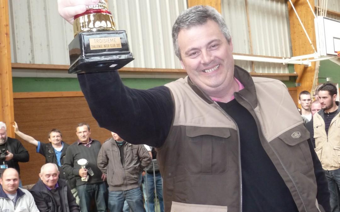 Thierry avec le trophée de la 3ème place aux challenge Inter-clubs du 21 04 2012 à Nesmy